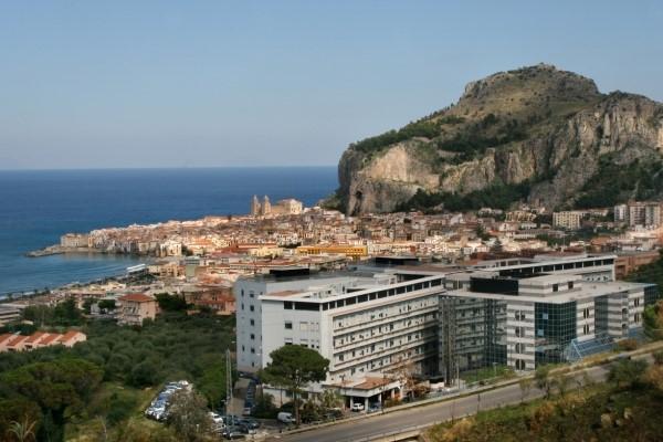 L'edificio della fondazione Giglio in primo piano sullo splendido scenario di Cefalù.