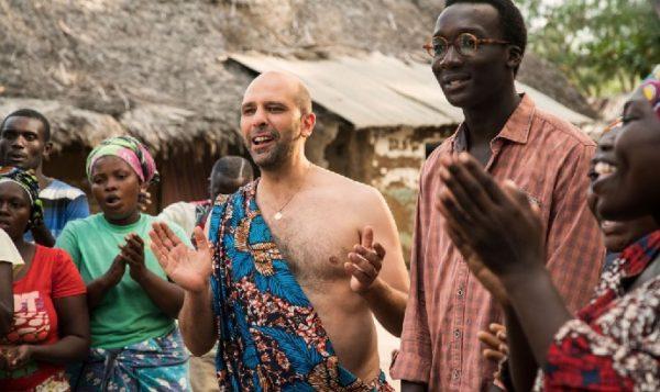 Zalone va in Africa a constare.Credetegli: sono essere umani come noi... Lo fa con il suo solito spirito e ...diverte.