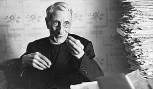 Luigi Sturzo è stato molto fotografato nel proprio studio, sepolto da libri e carte. Che certo voleva, forse idealmente, sempre a portata di mano.