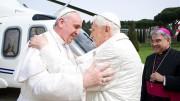 """Due papi in piena regola si abbracciano da vivi. Chi l'avrebbe mai detto? Affetto? Forse. Identità di vedute? Impossibile... L'immagine del soglio pontificio ne soffre molto: chi ha """"voluto"""" questo strano avvicendamento? Ratzinger era un papa scomodo? E Bergoglio a chi piace? Benedetto XVI era stato mandato (in elicottero) a Castel Gandolfo perché """"sine die"""" stesse in ...vacanza. Ma - alla chetichella- se n'è tornato in Vaticano. Gli hanno assegnato un segretario personale. Si chiama Monsignor Georg Gänswein e, si dice, faccia """"la spola"""" con lo studio di Bergoglio. Siamo al gossip: è triste..."""