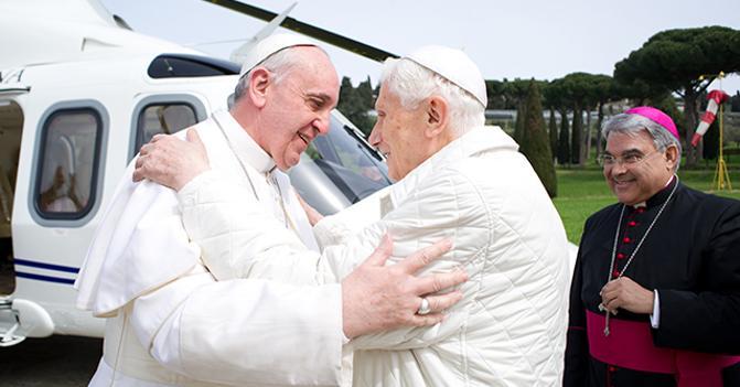 """Due papi in piena regola si abbracciano da vivi. Chi l'avrebbe mai detto? Affetto? Forse. Identità di vedute? Impossibile... L'immagine del soglio pontificio ne soffre molto: chi ha """"voluto"""" questo strano avvicendamento? Ratzinger era un papa scomodo? E Bergoglio a chi piace? Benedetto XVIera stato mandato (in elicottero) a Castel Gandolfo perché stesse in ...vacanza.Ma - alla chetichella- se n'è tornato in Vaticano. Gli hanno assegnato un segretario personale. Si chiama Monsignor Georg Gänswein e, si dice,faccia """"la spola"""" con lo studio di Bergoglio. Siamo al gossip: è triste..."""