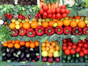 La Sicilia primeggiain Europa per laproduzioni di iortaggi:insolcooin serra, è assicurata la disponibilità anche fuori stagione di tutti i prodotti.