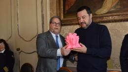 La testa in mais rosa di Santa Rosalia che Salvini ha mostrato di gradire molto: l'ha subito baciata.
