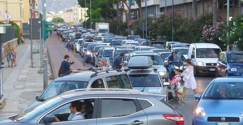 Via Francesco Crispi, ingresso porto:  scene di normale amministrazione... E  qui mancano i Tir!