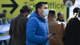 La mascherina? Non tutti. Turisti in arrivo all'aeroporto di Roma.