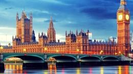 """I palazzi di Westminster: La Gran Bretagna si è staccata come in una sua zattera per galleggiare in Oceano fuori dall'Europa: fa così da quando l'America ha """"giurato"""" su un patto massonico con Washington e lo ha anche rispettato nei secoli recenti. La meraviglia era che fosse entrata in UE..."""
