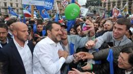 Matteo Salvini in piazza. Così a Milano (piazza Duomo) come a Roma (piazza del Popolo).