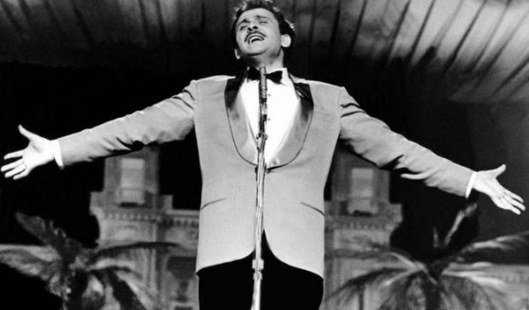 """Un'immagine difficilmente ripetibile. Domenico Modugno, elegante e popolare al contempo, vince cantando Volare, come passò nel vocabolario mondiale """"Nel blu dipinto di blu"""". Sanremo dimentica anche quelle lezioni di stile. Siamo contrari a tacciare """"l'oggi"""" di decadenza,  ma è solo questione di scelte. All'arte dei grandi artisti italiani dello spettacolo si sostituisce la volgarità e la banalità infantile di Fiorello e dello stesso Benigni. Comicità a prezzi da saldo. L'atmosfera di dozzina al posto dello stile e della capacità d'invenzione... Forse al momento non c'è da proporre qualcosa di altrettanto valido. Facciamo pure un passo indietro, """"aspettando che nasca una stella"""", ma facciamolo almeno con dignità! ...Qualche buon cantante  e qualche autore l'abbiamo sempre."""