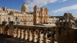 Una splendida veduta di Noto. Dalla balconata, la Cattedrale e la piazza del Municipio. In centro della città del Barocco lo start and finish.