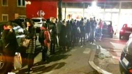 Una foto freschissima di questa sera, appena pubblicata da Vox: coda al Carrefour. Provviste per ...stare a casa, poi. Quando il rimedio è peggiore del male...