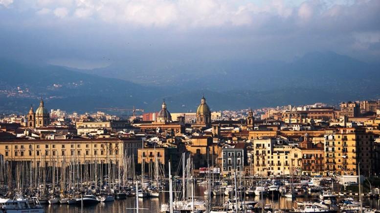 Palermo splendida anche quando è nuvolo. Gli ospiti se ne innamorano. Ci sforziamo di tacerne le 'magagne'. La bonifica dell'acqua delle Cala cittadina e la sistemazione'a giardino' dell'emiciclo è ...un ricordo della sindacatura Cammarata