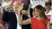 Donald Trump con Melania la sua splendida moglie 'un po' italiana'. Fece fortuna come  fotomodella a Milano e parla correntemente l'italiano. Sia lei che The Donald esprimono sentimenti di simpatia per l'Italia.