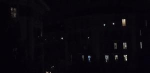 """Si chiama flashmob Le regole sono semplicemente tre: spegnere tutte le luci in casa, affacciarsi alla finestra con una fonte luminosa e alla fine far partire un lungo e caldo applauso collettivo. Secondo gli organizzatori l'iniziativa è """"Un piccolo grande gesto per far vedere al mondo tramite satellite che l'Italia è viva, che quello italiano è un popolo compatto e forte di fronte a ogni avversità. Solo uniti infatti si può sconfiggere anche il Coronavirus""""."""