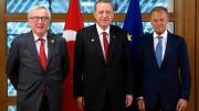 """Erdogan fra due """"campioni"""" della lobby UE:  il lussemburghese Jean-Claude Junker (passato indenne da una comprovata attività di riciclaggio ad alto livello) e il polacco Donald Tusk che ...gli fa da 'ottima'spalla."""