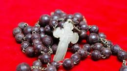 Il Rosario in questa difficile circostanza è divenuto una pratica giornaliera. Ecco quello appartenuto a Suor Teresa Macaluso, una Madre Teresa siciliana. La santa suora lo adoperava giornalmente anche come cilicio. L'ossidazione e la consunzione dei grani di legno testimoniano la sua sofferenza offerta per i peccati di tutti. Chi ha fede sa che la lotta contro il Male è un dovere di ogni cristiano e, nelle avversità, offre il proprio coraggio al Signore. Gesù, con la grande chiarezza del suo messaggio, ha insegnato ai cristiani ad affrontare la malattia con la fede, che dà e diviene essa stessa coraggio e forza interiore.