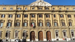Il palazzodelleFinanzeinRoma.Monumentali edifici risalenti a tempi in cui si teneva alla dignità delle istituzioni, 'fanno acqua' da tempo. L'Italia della ricostruzione e del miracolo economico (avviò il boom nel resto del mondo)  non viene compensata da un'amministrazione all'altezza del suo popolo.