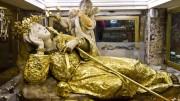 L'urna nella grotta con la Santa vestita d'oro e circondata di preziosi ex voto. Le si attribuiscono innumerevoli e continui miracoli. Per i palermitani è 'La Santuzza'. Una sua statua marmorea domina dal Monte anche il Golfo e benedice chi arriva e chi parte. Oltre che dalla prima epidemia di peste del '600, la Santuzza è intervenuta puntualmente sulla città in occasione delle epidemie...