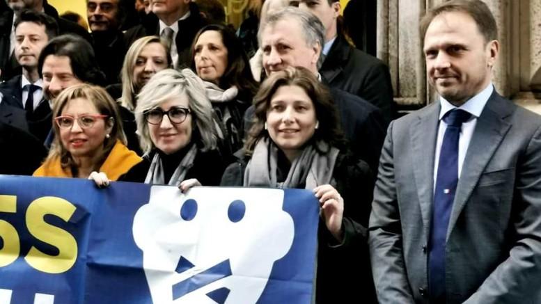 Carolina Varchi in una recente foto fra colleghi ed elettori, con cui si incontra spesso. A destra, accanto a lei, Francesco Lollobrigida attuale numero due di Fratelli d'Italia.