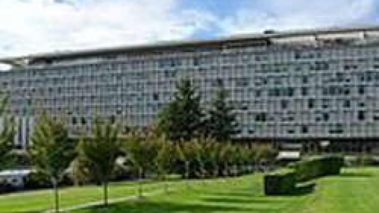 La imponente sede della OMS a Ginevra. Molti hanno sostenuto che faccia gli interessi della grande speculazione che certamente esiste a livello mondiale  in fatto di farmaci. E' un settore in cui la 'mondializzazione' è già in atto da tempo...