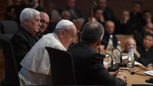 Papa Bergoglio in riunione con i maggiori rappresentanti dei Gesuiti,duoiexcomnfatelli...