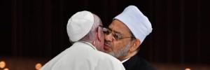 Il formale abbraccio Bergoglio - Ratzinger.