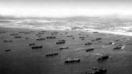 Veduta aerea dei primi mezzi da sbarco americani sulla spiaggia di Gela