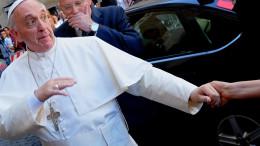 Misericordia la sua parola magica ma il contrario nella pratica: Bergoglio rifiuta la mano dei fedeli. E' schifiltoso e ritrae la sua per abitudine. Gesù ha insegnato ad amare e rispettare sempre il corpo umano cui il Cristianesimo e le religioni abramitiche hanno in gran conto. Pope Francis is greeted by a faithful as he arrives at the Chiesa Del Gesu' in Rome on July 31, 2013. The Pontiff celebrates a mass for St. Ignatius of Loyola, founder of the Society of Jesuits. AFP PHOTO / ALBERTO PIZZOLI        (Photo credit should read ALBERTO PIZZOLI/AFP/Getty Images)
