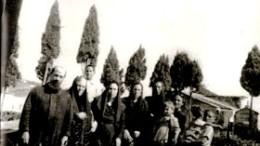 Una rara immagine del primo ritorno di Padre Calogero ad Aragona, circondato da fratelli, sorelle, cugini e nipotini. In alto da solo, Piero Cumbo. Da sinistra accanto a Padre Calogero: zia Mariannina, Zia Vincenzina, zia Giuseppina, zia Maria con in braccio Settimo Morreale, Gianni Cumbo col fratellino Mario in braccio.