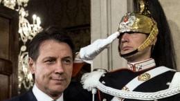 Il corazziere inappuntabile saluta - come di dovere - il'Capo del governo', ma ...siamo caduti in basso!