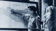 Il Generale alleato indica Palermo sulla carta. Bombardata dal mare e dall'aria, Palermo fu raggiunta dall'armata alleata dopo quasi un mese in cui la Sicilia resistette  con tenacia e coraggio. No: non tutti applaudivano. Anzi... Le truppe sbarcate in sicilia furono più numerose di quelle degli altri sbarchi, compresa la Normandia. Perché gli Americani capivano di aggredire il 'corpo vivo' dell'Italia e si proponevano di giungere oltre le Alpi. Fu ciò che poi fecero, sbarcando anche ad Anzio. Risibile l'azione dei partigiani nel nord Italia, che si sfogarono uccidendo i tedeschi e gli stessi italiani, ma poco servirono all'avanzata alleata, nonostante tanta letteratura che dice il contrario. Gli alleati avevano armi potentissime davanti alle quali le truppe dell'asse. poco potevano fare. La potenza americana, soprattutto per la quantità di uomini e armamenti, fiancheggiati da quelli di tutto il Commonwealth, avevano già sorpreso gli italo tedeschi, che vedevano vicina e inevitabile la sconfitta. Resistettero col cuore finché poterono su tutti i  fronti... (Leggere in altro articolo sul tema i 'veri' fatti di Cefalonia).
