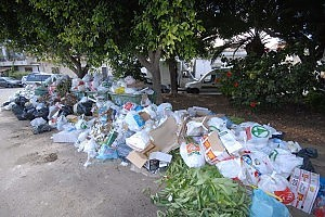 Usuali rifiuti a Mondello: i palermitani sperano che la riapertura della spiaggia 'all'uso prudente dei cittadini' non avvenga in un contesto in cui l'igiene generale si di 'questa qualità'!