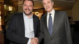 Matteo Salvini  stringe qui la mano a Vito Bardi (F.I.), alto ufficiale della Guardia di Finanza, neo governatore della Calabria. Tolta l'Emilia Romagna, la destra  di cui Salvini è leader, vince da un po' in ogni regione. Il traguardo delle 'nazionali' vede Salvini in testa ad ogni pronostico.