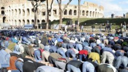 E perché no? Chiusa la passeggiata archeologica. I musulmani si prodigano nella 'loro' preghiera evidentemente dimostrativa'. Ma, nonostante l'accoglienza aperta dell'Italia, i numerosi ospiti da Africa e Medioriente presentano lamentele e proteste conntro il 'razzismo 'sofferto' in Italia.