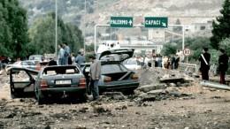 In un tunnel sotto l'autostrada A29 furono nascosti 500 chili di tritolo. La deflagrazione devastò l'asfalto a pochi metri dallo svincolo di Capaci dove ora si vede una stele.