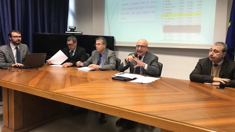 Il tavolo della conferenza in sala Marzio Tricoli all'Assessorato all'Economia della Regione siciliana.