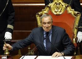 Piero Grasso ama fare lo spiritoso. Eccolo, a suo tempo, a palazzo Madama mentre richiamava all'ordine i senatori. La sua carica lo faceva, come è di regola, anche vicepresienete della Repubblica: un pedigree non da poco...