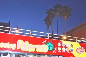 Il bus che ha portato i giornalisti per 'Palermo by night' all'appuntamento sullo sfondo delle palme Washimngton di piazza Verdi.