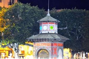 Lo storico chiosco liberty 'Ribaudo' (particolare) fotografato da bordo del bus Sightseeng Palermo.