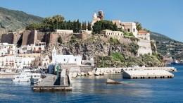 Uno scorcio con il molo di Marina Corta (in primo piano) e l'antic acropoli di Lipari. alle Eolie si vive felici e si riparte puntualmente con rimpianto...