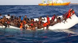 Gommoni quasi 'monouso' in leggerissimo pvc, indegni di prendere il mare, portano spesso un carico incredibile di vite umane. Scaricano, se giungono a destimnzione, torme di clandestini, soprattutto su Lampedusa. E ...il mondo sta a guardare. Ma spesso è la stessa Guardia costiera italiana che raccoglie  i profughi e li colloca dove capita prima. In testa, Lampedusa. E' il 'pezzo d'Europa' più vicino all'Africa, il continente conteso, dalle immense ricchezze, tenuto artificiosamente privo di tecnologia ...