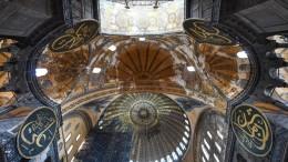 Particolare del soffitto di Santa Sofia. Forse sarebbe stato più opportuno riconvertirla in basilica quale fu. Era una delle più famose chiese cristiane al mondo: un tempio sontuoso costruito per onorare la religione di Gesù Cristo.