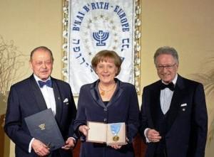 Angela Merkel (KASNER) in una foto che la ritrae mentre ritira il premio dall'ordine massonico ebraico del B'nai B'rith Europe nel pranzo di gala in suo onore dell'11 Marzo 2008.
