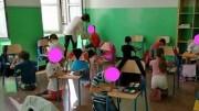 Il caso limite degli alunni in ginocchio in liguria (Foto da facebook postata da Giovanni Toti)