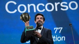 Pierfrancesco Favino mostra con orgoglio il premio appena vinto. (Foto da Corriere Adriatico. it)