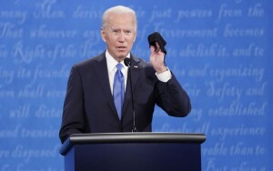 Biden, dall'aspetto senile, è l'oppostio dell'usuale immagine del presidente che gli americani sono abituati a vedere e immaginare...