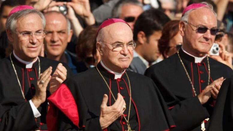 """Mons. Carlo Maria Viganò (al centro) è stato definito come 'il vescovo ribelle'. I vescovi - che posono essere sia soltanto monsignori, sia cardinali) sono il 'braccio operativo' della Chiesa. Ne amministrano, in sostanza, il 'potere esecutivo'. Perciò storicamente sono spesso critici nei confronti del soglio pontificio. Hanno contesetto, anche, il principio dell'infallibilità del Papa, propendendo - invece - per un principio di collegialità (che spettava loro), applicato prima della proclamzione del dogma che resale soltanto al 18 luglio del 1870, quando il Concilio Vaticano I, con la pubblicazione della costituzione apostolica Pastor Aeternus elevò a dogma di fede l'infallibilità del Papa. O meglio: l'infallibilità del Magistero papale. Ciò non significa che il Pontefice """"ha sempre ragione"""". Il successore di San Pietro, infatti, deve essere considerato infallibile quando parla ex cathedra, ovvero quando esercita il suo """"supremo ufficio di Pastore e di Dottore di tutti i cristiani"""" e """"definisce una dottrina circa la fede e i costumi"""". In ogni caso l'infallibilità, anche ex Cathedra, il Papa è vincolato come ogni altro al 'depositum fidei'. Sono i dogmi, ma anche i principi fondamentali della della fede e della morale cristiana. (Ph. da La Stampa)"""