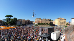 """Oltre tremila persone si sono ritrovate a Roma in piazza Bocca della Verità al grido di """"libertà"""" e """"verità"""". Sono i negazionisti del Covid-19, capitanati dalle mamme promotrici del gruppo Facebook 'Salviamo i bambini dalla dittatura sanitaria', assieme al gruppo 'Resilienza2020', ai militanti di Forza Nuova, i sostenitori del No 5G, i seguaci di QAnon e i no vax. """"Giù le mani dai bambini"""", gridano dal palco, che vanno liberati dalla """"dittatura sanitaria"""". Rigorosamente senza mascherine e assembrati, hanno esposto in piazza diversi cartelli con scritto, tra le altre cose, """"media negazionisti della realtà"""", """"abolite l'Ordine dei medici"""", """"governo criminali assassini"""" e """"tamponatevi il cu..""""."""