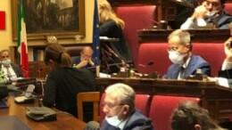 Nell'ala sinistra del parlamento i deputati si esibiscono in un 'me ne frego' fascista e trascurono la fatidica mascherina da loro stessi imposta anche per strada agli italiani...(Foto da Ilgiornale.it)