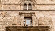 Palazzo Chiramonte 'Lo Steri' sede di rappresentanza dell'Università Unipa da alcuni anni sensibile alla realtà impenditoriale nel territorio. Qui un esterno: parete con finestre munite di montanti con intarsi in pietra lavica.