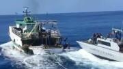 L'intervento in mare dell'unità della Gurdia di finanza italiana. E' stato necassario un vero abbordaggio.